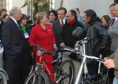 Presidenta_firma_ley-Bicicleta.jpg